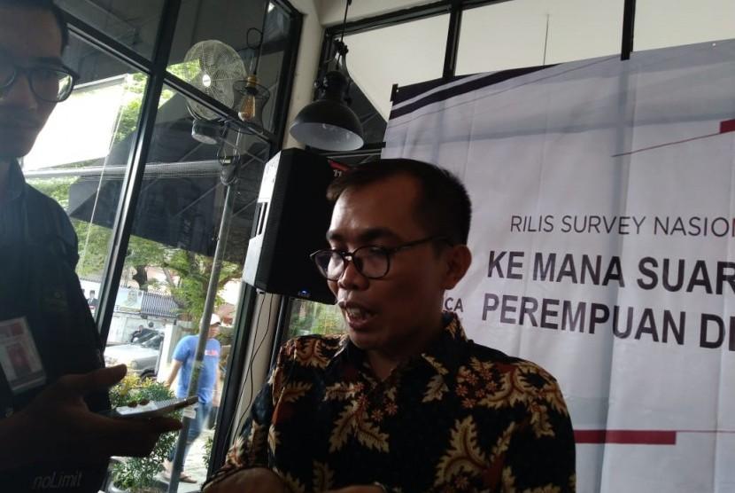 Direktur Eksekutif Y Publica, Rudi Hartono saat menyampaikan hasil survei di Menteng, Jakarta Pusat, Senin (14/1).