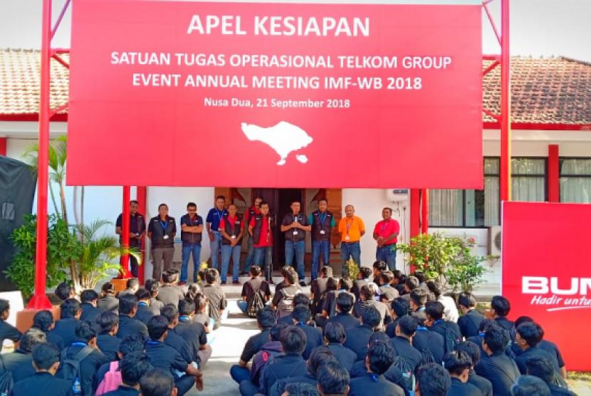 Direktur Enterprise and Business Service Telkom Dian Rachmawan saat memberikan arahan kepada Tim Satuan Tugas TelkomGroup untuk Event Annual Meeting IMF-WBG 2018 di Bali, pekan lalu. Layanan ICT TelkomGroup serta Tim Satuan Tugas yang bersiaga 24 jam siap mendukung suksesnya penyelenggaraan event berskala internasional tersebut.