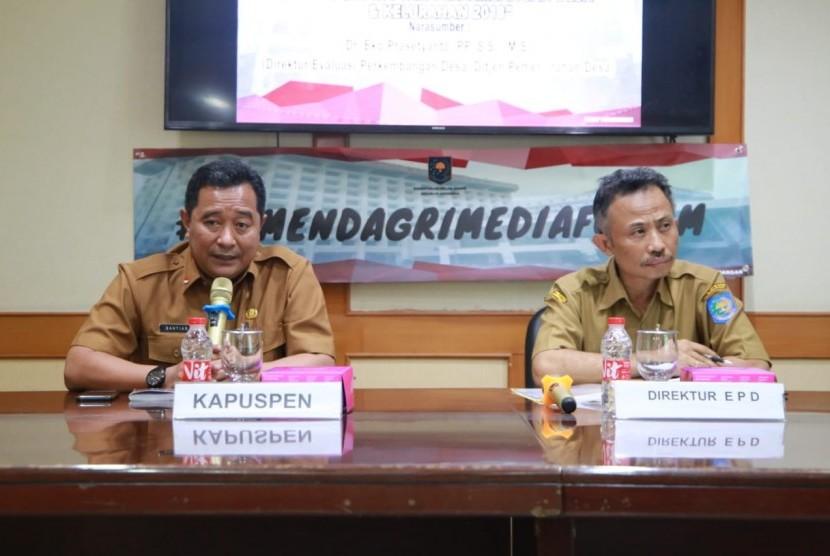 Direktur Evaluasi Perkembangan Desa, Eko Prasetyanto (kanan) dan Kapuspen Kemendagri, Bahtiar (kiri)