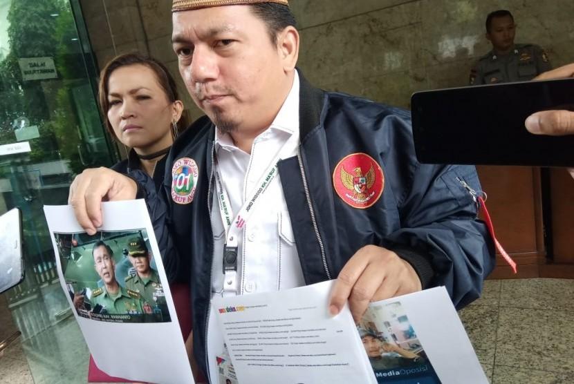 Direktur Hukum dan Advokasi TKN Ade Irfan Pulungan melaporkan video dan rekaman hoaks ke Bareskrim Polri, Jakarta Pusat, Rabu (6/3).