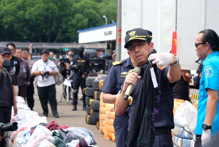 Direktur Jenderal Bea Cukai, Heru Pambudi saat melakukan penindakan atas 874 bale pakaian, 118 set ban, dan 57 roll karpet.