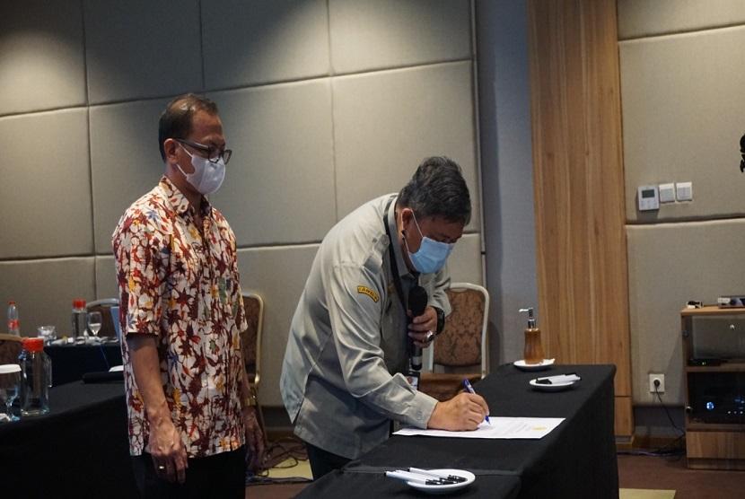 Direktur Jenderal Hortikultura, Prihasto Setyanto bersama Tim PPID lingkup Ditjen Hortikultura melakukan penandatanganan komitmen bersama keterbukaan informasi publik, Senin (21/6). Penandatanganan ini disaksikan Ketua Komisi Informasi Pusat, Gede Narayana.