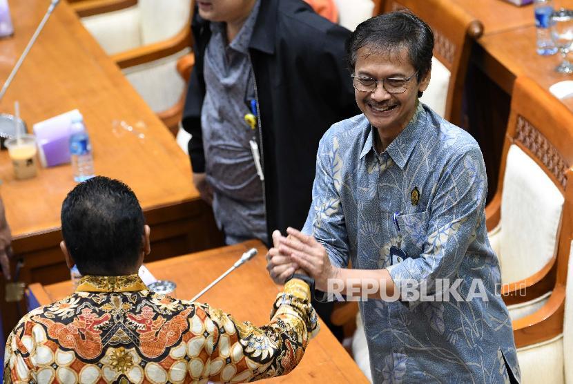 Direktur Jenderal Ketenagalistrikan Kementerian ESDM Rida Mulyana (kanan) menjabat tangan salah satu anggota Komisi VII DPR usai rapat dengar pendapat (RDP) di ruang rapat Komisi VII, kompleks Parlemen, Jakarta, Selasa (10/9/2019). Rapat tersebut membahas tindak lanjut penanganan listrik padam massal pada awal Agustus 2019 dan perkembangan pembangunan pembangkit listrik 35.000 Megawatt (MW).