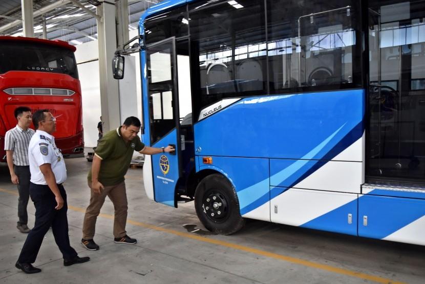 Direktur Jenderal Perhubungan Darat Kementerian Perhubungan (Kemenhub) Budi Setiyadi (tengah) meninjau proses perakitan bus rapid transit (BRT) di pabrik karoseri Laksana di Bergas, Kabupaten Semarang, Jawa Tengah, Jumat (20/7).