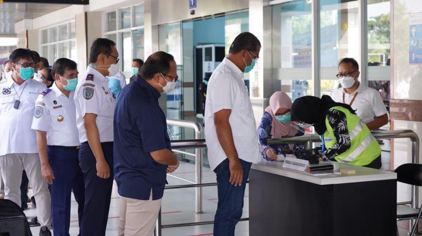 Direktur Jenderal Perhubungan Laut, R Agus H Purnomo melaunching penggunaan alat tes GeNose C-19 bagi penumpang kapal.