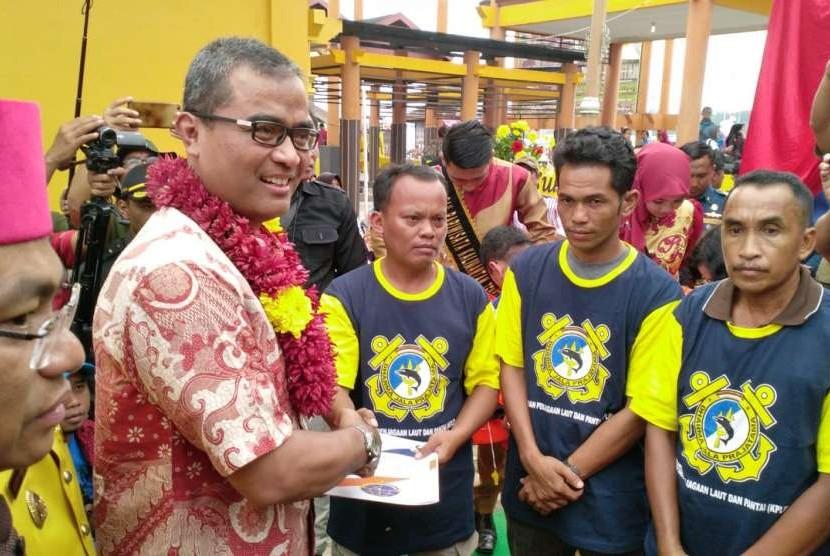 Direktur Jenderal Perhubungan Laut R Agus H Purnomo menyerahkan sertifikasi kepelautan.