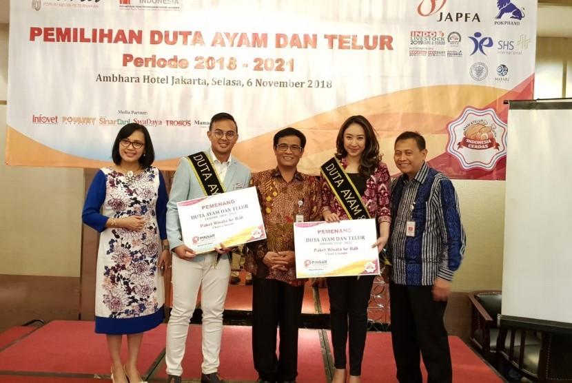 Direktur Jenderal Peternakan dan Kesehatan Hewan (Dirjen PKH) I Ketut Diarmita saat menyematkan Ovi dan Muhammad Andi sebagai Duta Ayam dan Telur di Hotel Ambhara, Jakarta, Selasa (6/11).