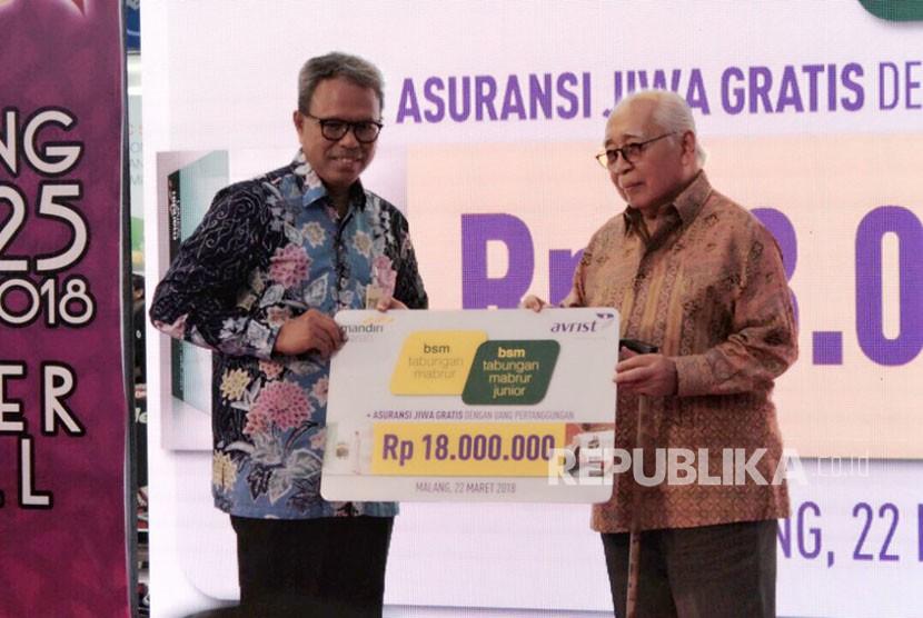 Direktur Kepatuhan Mandiri Syariah Putu Rahwidhiyasa (kiri) berfoto bersama dengan Founder Avrist Assurance Harry Harmain Diah (kanan) dalam acara peluncuran asuransi jiwa gratis bagi nasabah tabungan haji Mandiri Syariah di Malang, Jawa Timur.