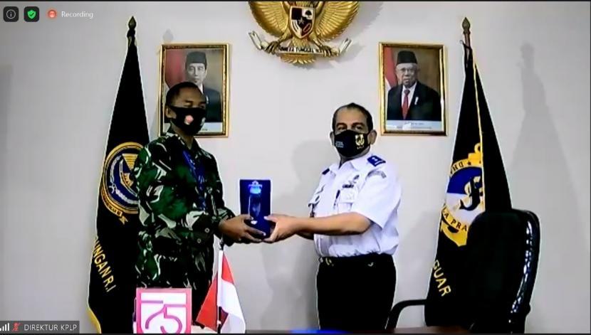 Direktur Kesatuan Penjagaan Laut dan Pantai (KPLP), Ahmad (kanan) dan Laksamana Pertama TNI Kresno Buntoro Kepala Dinas Hukum TNI Angkatan Laut (kiri).