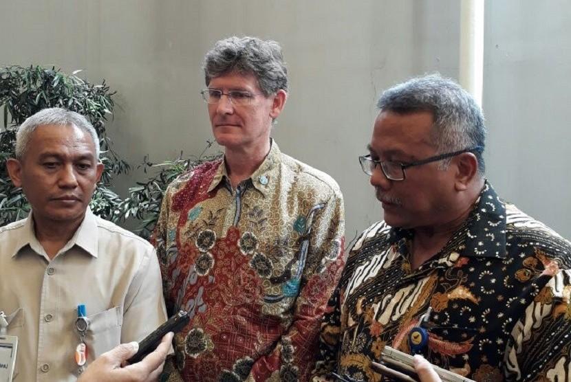 Direktur Kesehatan Lingkungan Kemenkes Imran Agus Nurali, Perwakilan FAO untuk Indonesia Mark Smulder, Deputi 3 BPOM Suratmono (dari kiri ke kanan) menjawab pertanyaan wartawan di sela-sela Workshop Nasional Assesment Sistem Pengawasan Makanan di Jakarta, Senin (3/4).