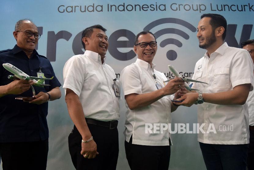 Direktur Layanan Garuda Indonesia Nicodemus P. Lampe (kedua kanan) berbincang dengan Direktur Utama Mahata Aero Technology M. Fitriansyah (kanan), Direktur Utama Citilink Juliandra Nurtjahjo (kiri) dan Direktur Tekhnik Garuda Indonesia I Wayan Susena (kedua kiri) usai mengumumkan kerjasama peluncuran fasilitas free inflight connectivity di Jakarta, Rabu (14/11).