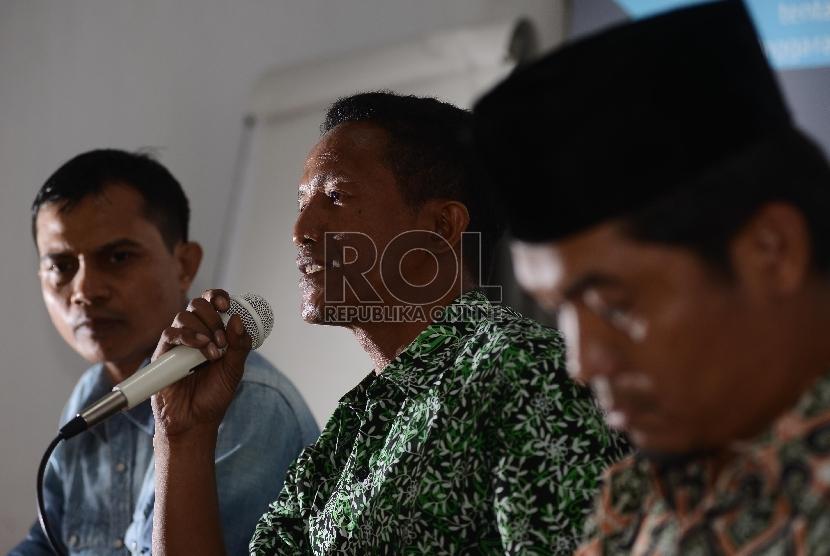 Direktur Lingkar Madani (lima) Ray Rangkuti (kanan) bersama Direktur Indonesia Budget Center, Roy Salam (kiri) dan Peneliti dari Formappi, Lucius Karus (tengah) memberikan pemaparannya saat berdiskusi dihadapan media di Jakarta, Jumat (21/8).