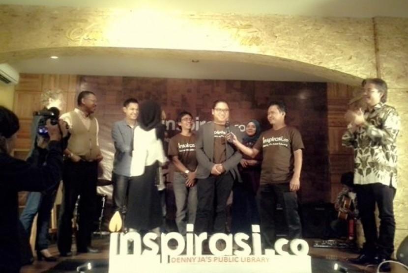 Direktur Lingkaran Survei Indonesia (LSI) Denny JA (kanan) dan Co-Founder inspirasi.co Fahd Djibran (ketiga dari kanan) saat peluncuran Denny JA's Public Library di Pisa Kafe Jakarta, Rabu (18/12) malam.