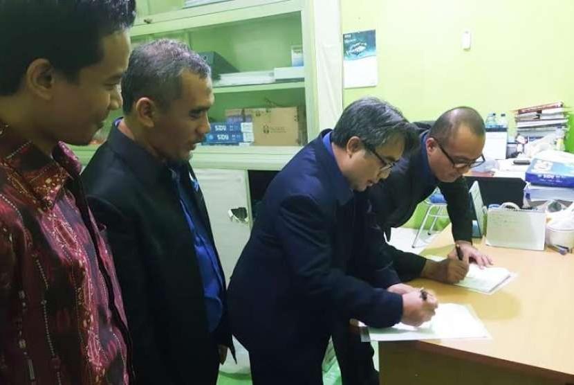 Direktur LPS NF, Rahmat S Syehani dan Direktur Utama Yayasan Darul Fikri, Hartono menandatangani MoU pembukaan cabang NF Makassar.