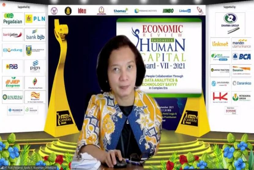 Direktur Manajemen Sumber Daya Manusia PLN Syofvi F. Roekman juga dianugerahi penghargaan sebagai The Best Indonesia Strategic Human Capital Director 2021