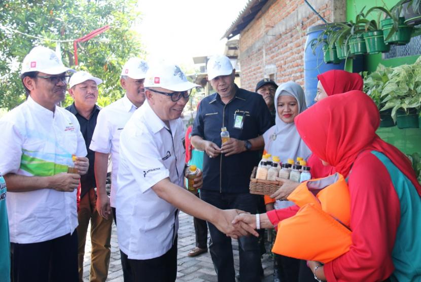 Direktur Megaproyek Pengolahan dan Petrokimia Pertamina Ignatius Tallulembang  mengunjungi bantaran Sungai Jambangan.