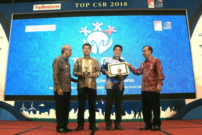 Direktur Operasional PT BPI, Shiroki Yamashita, dan Presiden Direktur PT BPI, Takashi Irie, saat menerima penghargaan Indonesian TOP CSR Award 201i,  di Hotel Sultan Jakarta.