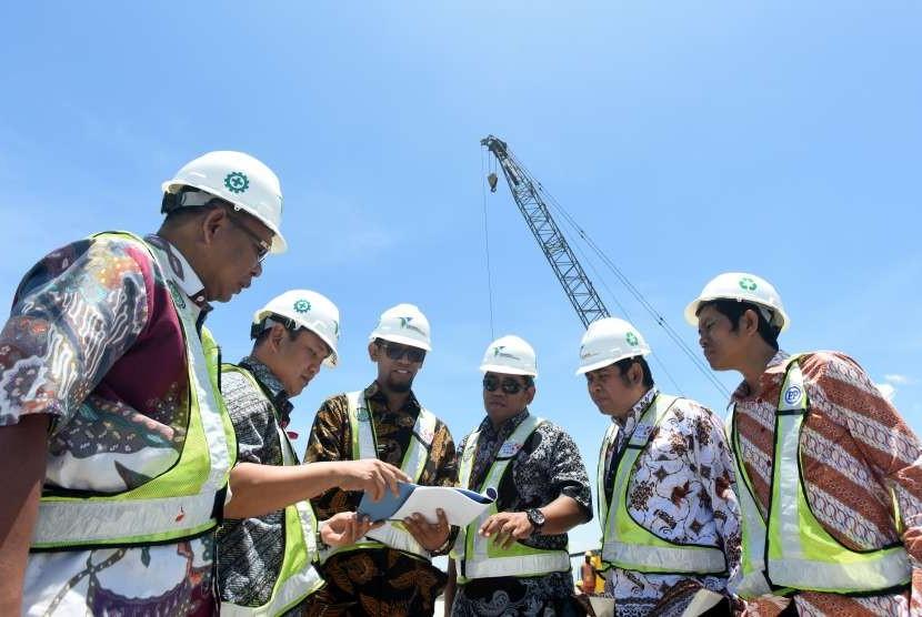 Direktur Pelabuhan Pelindo IV, Farid Padang (kedua kiri) memamtau proses pembangunan Makassar New Port di Makassar, Sulawesi Selatan, Jumat (5/10).