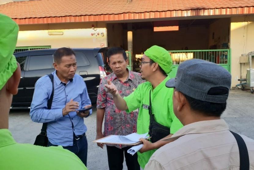 Direktur Perbibitan Kementan Sugiono (kemeja biru) memberikan arahan kepada pengelola rumah potong hewan.