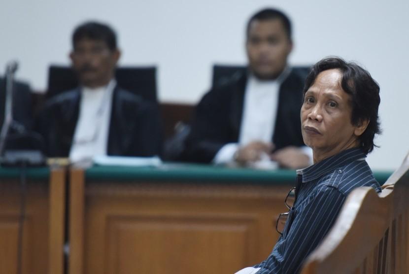 Direktur PT Viandra Production Mandra Naih (kanan) menjalani sidang perdana di Pengadilan Tipikor, Jakarta, Kamis (20/8).