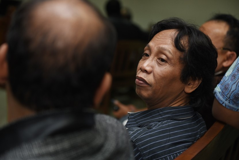 Direktur PT Viandra Production Mandra Naih (tengah) bersiap menjalani sidang perdana di Pengadilan Tipikor, Jakarta, Kamis (20/8).
