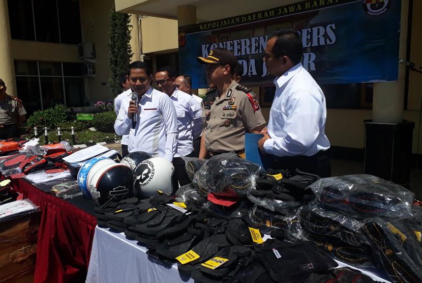 Direktur Reserse Kriminal Khusus Polda Jabar, Kombes Samudi  saat memaparkan kasus pemalsuan merek dagang berupa sandal gunung Eiger di Mapolda Jabar, Rabu (9/5).