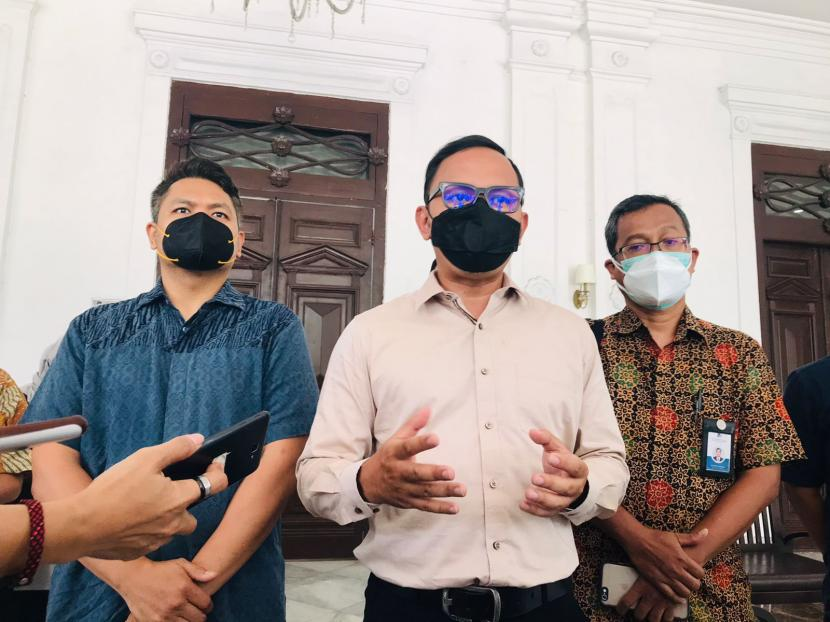 Direktur Revenue PT MNR Bayu Sumarjito, Wali Kota Bogor Bima Arya Sugiarto, dan Direktur Pengelolaan Koleksi Ilmiah Kedeputian Infrastruktur Riset pada BRIN Hendro Wicaksono menyampaikan hasil pertemuan terkait GLOW Kebun Raya Bogor, Selasa (28/9).