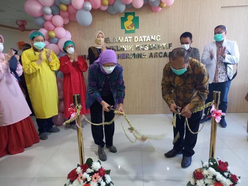Direktur RS Hermina Arcamanik, dr Agus Setiyana didampingi komite medik melakukan gunting pita peresmian Gedung Eksekutif berlantai 6, Senin (27/9). Petugas medis sedang mengecek peralatan di poli Obgyn.