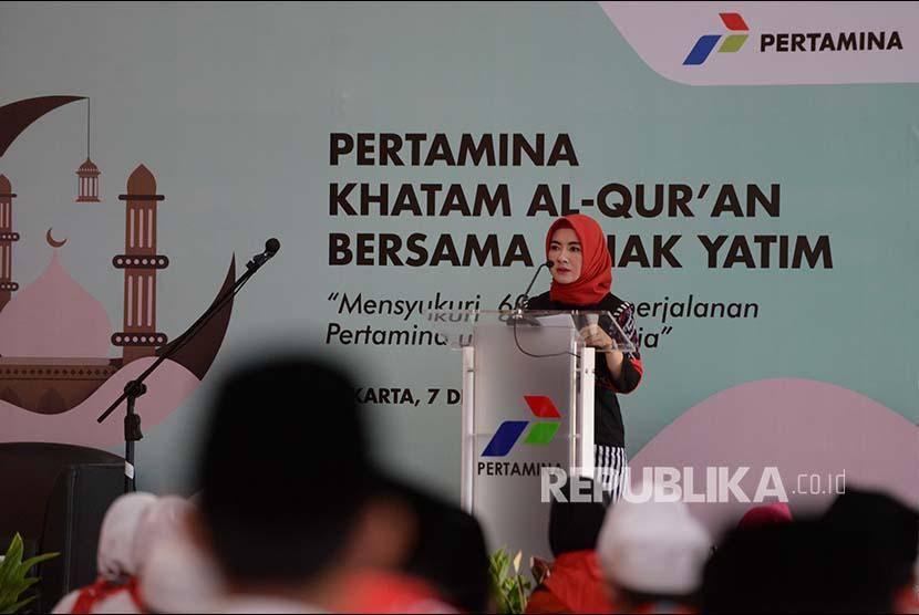 Direktur SDM Pertamina Nicke Widyawati memberikan sambutan pada acara Khataman Alquran di Kantor Pusat Pertamina, Jakarta, Kamis (7/12). PT Pertamina (Persero) menggelar acara Khataman Alquran di seluruh unit operasi Pertamina di Indonesia yang diikuti oleh pekerja dan sejumlah anak yatim untuk kelancaran bisnis Pertamina menjelang HUT ke-60.