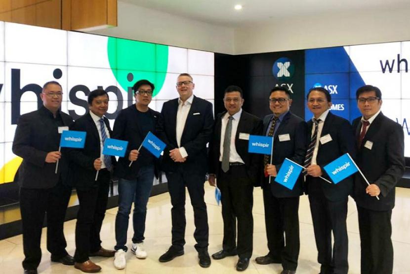 Direktur Strategic Portfolio Telkom Achmad Sugiarto (kedua dari kanan) bersama Deputi Bidang Usaha Energi, Logistik, Kawasan dan Pariwisata Kementerian BUMN, Edwin Hidayat Abdullah (keempat dari kanan) menghadiri acara pencatatan saham perdana (IPO) startup portofolio Telkom, Whispir di Australian Securities Exchange, didampingi CEO MDI Ventures Nicko Widjaja (ketiga dari kiri) dan CEO Whispir Jeromy Wells (keempat dari kiri) di Melbourne, Rabu (19/6).