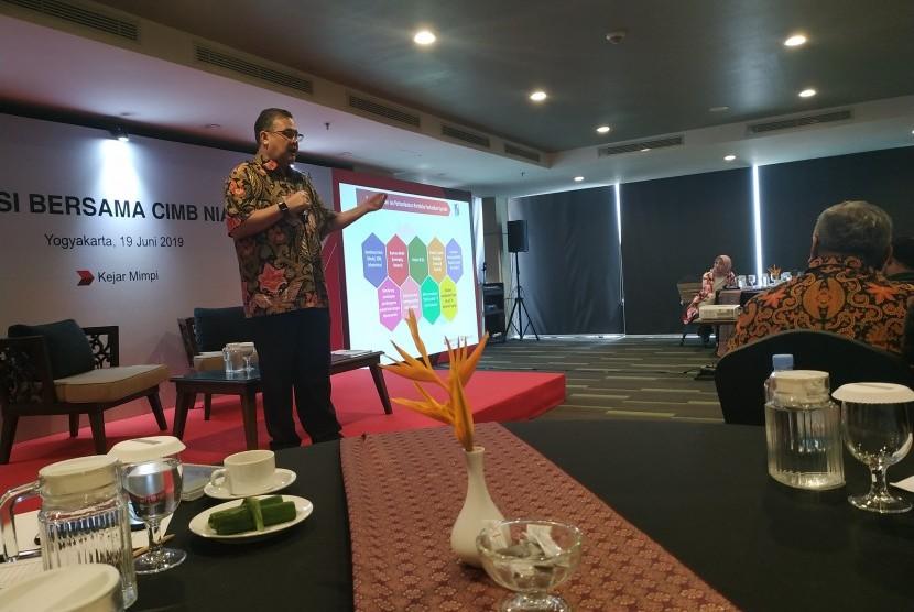 Direktur Syariah Banking CIMB Niaga Pandji P Djajanegara menyampaikan tentang perkembangan CIMB Niaga Syariah pada acara Diskusi Bersama CIMB Niaga, di Hotel Harper, Kota Yogyakarta, Rabu (19/6).