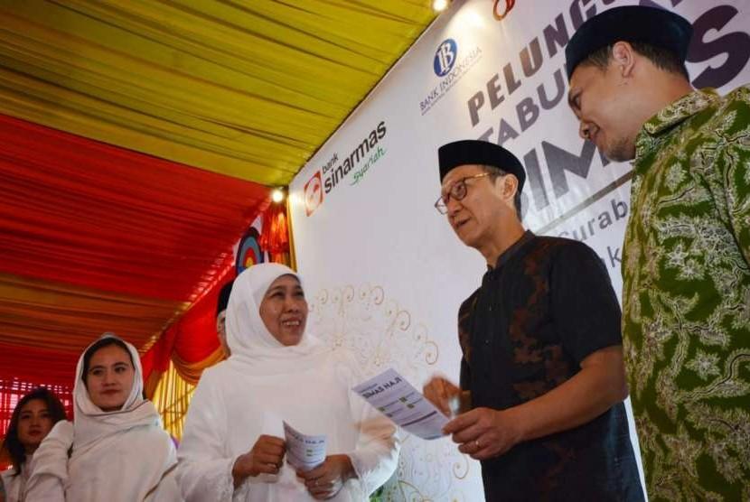 Direktur Unit Usaha Syariah Bank Sinarmas, Halim, bersama Gubernur Jawa Timur terpilih, Khofifah Indar Parawansa meghadiri seremonial peluncuran tabungan Haji Simas di Masjid Cenghoo, Surabaya, Senin (1/10).