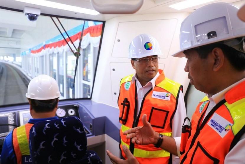 Direktur Utama AP II, Muhammad Awaluddin, (kanan) sedang memberikan penjelasan terkait operasional Skytrain di Bandara Internasional Soekarno-Hatta kepada Menteri Perhubungan Budi Karya Sumadi, Selasa (15/8).