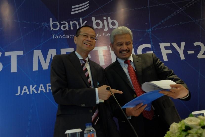 Direktur Utama Bank BJB Ahmad Irfan (kiri) dan Komisaris Utama Bank BJB Klemi Subiyantoro dalam analyst meeting di Jakarta, beberapa waktu lalu.