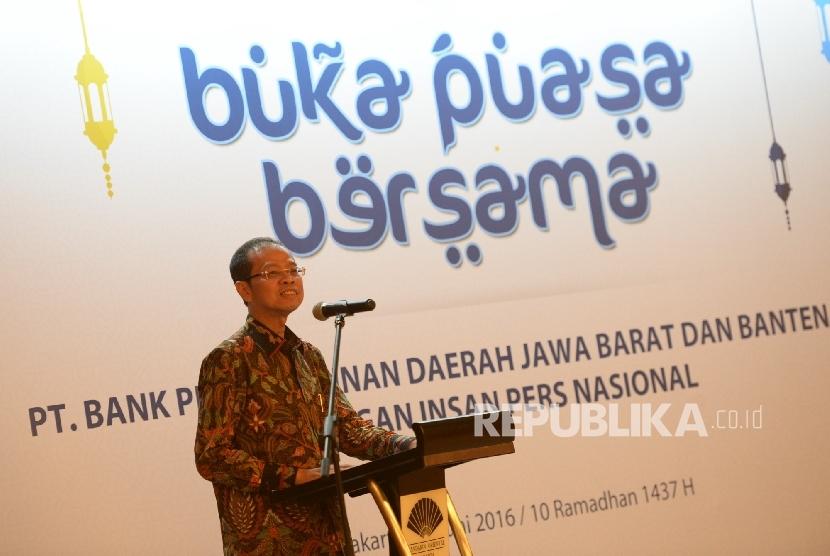 Direktur Utama Bank BJB Ahmad Irfan memberikan paparan saat buka puasa bersama Bank BJB di Jakara, Rabu (15/6). (Republika/Wihdan)