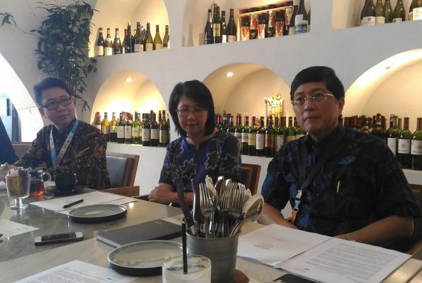 Direktur Utama Bank BTPN Ongki Wanadjati Dana (kanan), Chief Financial Officer Anna Tantani (tengah), dan Wholesale Banking Head Nathan Christianto memberikan keterangan pers kinerja Bank BTPN kuartal I 2019 di Jakarta, Kamis (25/4).