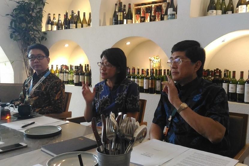Direktur Utama Bank BTPN Ongki Wanadjati Dana (kanan) memberikan keterangan pers kinerja Bank BTPN kuartal I 2019 di Jakarta, Kamis (25/4).
