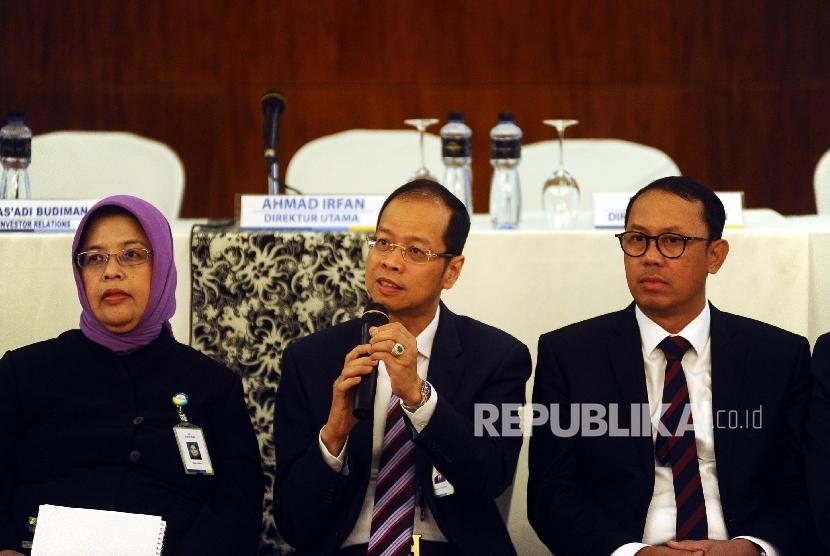 Direktur Utama Bank Jawa Barat Ahmad Irfan (tengah) berbicara kepada media usai mengelar Analis Meeting di Jakarta, Kamis (28/4).