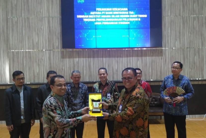 Direktur Utama BRIsyariah (kanan) bersama Wakil Rektor I IAIN Bukittinggi DR Asyari usai menandatangani Perjanjian Kerja sama