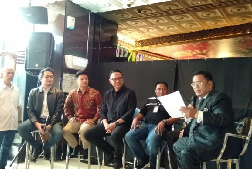 Direktur Utama Garuda Indonesia Ari Askhara dan Youtuber Rius Vernandes sepakat menyelesaikan persoalan mengenai unggahan Rius di akun Instagramnya secara damai, Jumat (19/7).