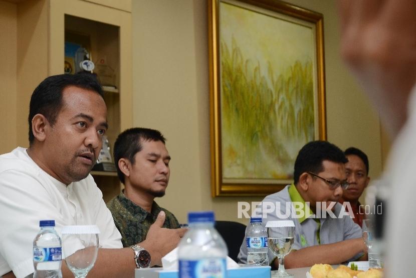 Direktur Utama Inisiatif Zakat Indonesia (IZI) Wildhan Dewayana (kiri) di dampingi General Manager Cecep Muh.Ismail (tengah) dan Direktur Edukasi & Kemitraan Zakat Rully Barlian Thamrin (kanan) berbicara saat bersilaturahim ke harian Republika di Jakarta (Ilustrasi)