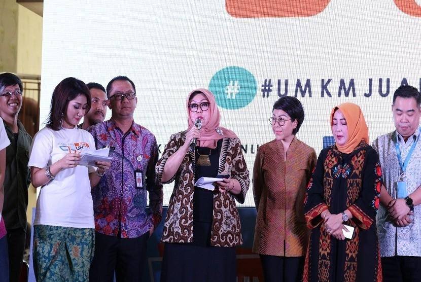 """Direktur Utama Lembaga Layanan Pemasaran Koperasi dan Usaha kecil Menengah (LLP-KUKM) Emilia Suhaimi pada acara gerakan """"Ayo UMKM Jualan Online"""" dengan tagline #UMKM Pahlawan Ekonomi Indonesia"""" di Jakarta, Selasa (24/4)"""