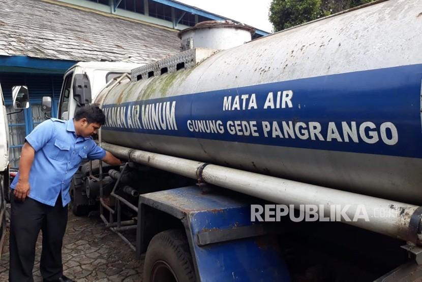 Direktur Utama PDAM Kota Sukabumi Anton Rachman melihat kesiapan tangki air dalam menghadapi kesulitan pasokan air selama musim kemarau Selasa (10/7).