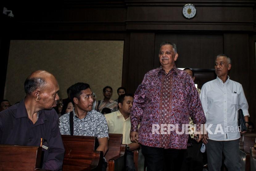 Direktur Utama PLN Sofyan Basir (kedua kanan) bersiap memberikan keterangan sebagai saksi dalam sidang kasus dugaan suap proyek PLTU Riau-1 dengan terdakwa Idrus Marham di Pengadilan Tipikor, Jakarta, Selasa (12/2/2019).