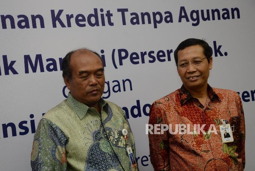 Direktur Utama PT Askrindo Budi Tjahjono (kiri), dan Direktur Retail Banking Bank Mandiri Tardi seusai melakukan penandatanganan perjanjian kerjasama penjaminan di Plaza Mandiri Jakarta, Senin (13/3).