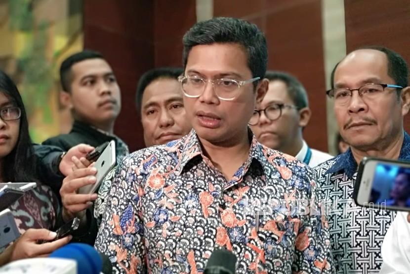 Direktur Utama PT Garuda Indonesia (Persero) Tbk Pahala N Mansury menjelaskan mengenai kesepakatan dengan Asosiasi Pilot Garuda (APG) dan Serikat Karyawan Garuda (Sekarga) yang pada akhirnya membatalkan rencana mogok kerja di Auditorium Garuda City Center, Komolek Perkantoran Bandara Soekarno-Hatta, Jumat (6/7).