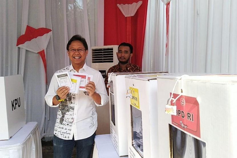 Direktur Utama PT. Indonesia Asahan Aluminium (Inalum), Budi Gunadi Sadikin melakukan pemungutan suara di TPS 02 Kebayoran Lama, Rabu (17/4).