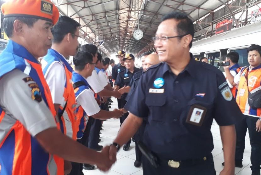 Direktur Utama PT KAI Edi Sukmoro melakukan peninjauan kesiapan sarana dan prasarana PT KAI dalam menghadapi masa angkutan Nataru di  Stasiun Purwokerto.