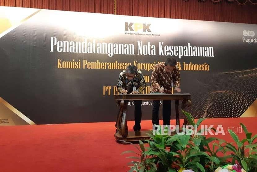 Direktur Utama PT Pegadaian (Persero), Sunarso (batik abu-abu) bersama Deputi Pencegahan Komisi Pemberantasa Korupsi (KPK), Pahala Nainggolan, melakukan penandatanganan Nota Kesepahaman (MoU) dalam hal menangkal gratifikasi dan meningkatkan penerapan Good Corporate Governance, di Kantor Pusat Pegadaian, Jakarta, Senin (6/8).