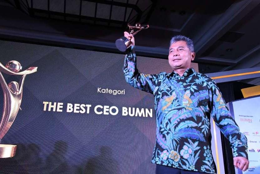 Direktur Utama PT Pegadaian (Persero) Sunarso menerima The Best CEO Anugerah BUMN Award 2018